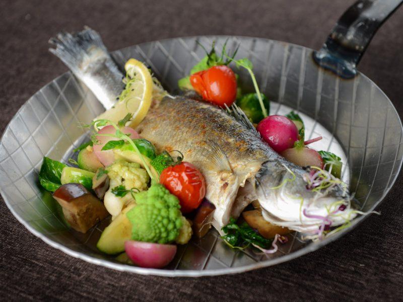 Labraks z warzywami smażonymi